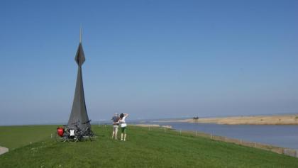 Radfahrer am Grenzübergang bei Nieuwe Statenzijl