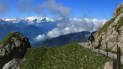 Der Weg zum Tomlishorn mit Blick zu den Berner Alpen.