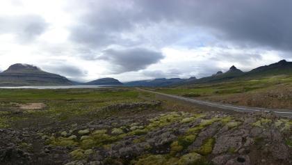 Landschaftspanorama vor Islands ursprünglicher Küste