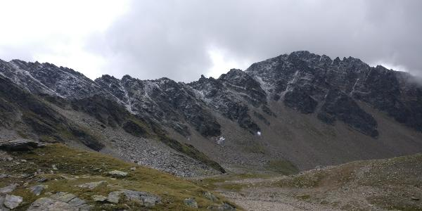 Neuschnee säumt die Gipfel rund um die Finstertaler Scharte