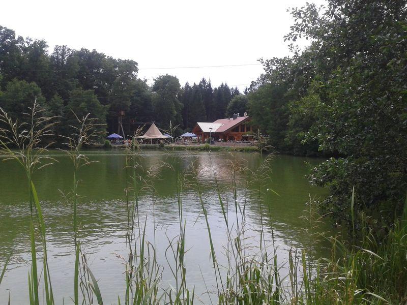 Blockhaus mit Biergarten am Brückweiher im Naherholungsgebiet Jägersburg