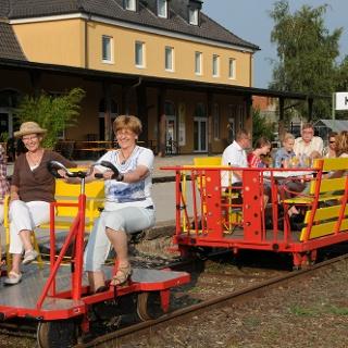 Fahrrad- und Clubdraisine vor Kranenburger Bahnhof