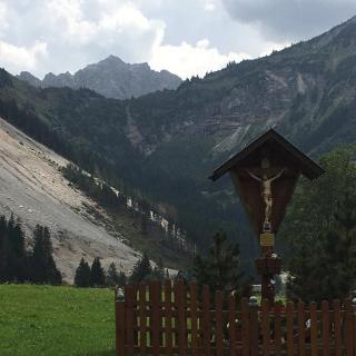 In der oberen Bildmitte die Lachenspitze mit dem Gipfelkreuz, das am Ende des Klettersteigs steht