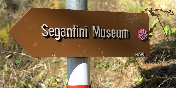 Kulturwegweiser zum Segantini-Museum.