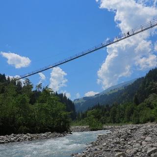 Die Hängebrücke spannt sich über den Fluss Engstlige.