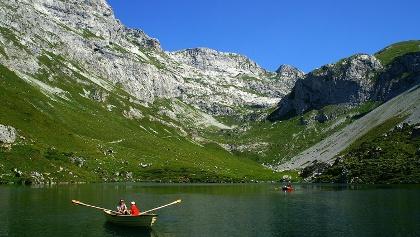 Familienparadies: Boot fahren auf dem Partnunsee.