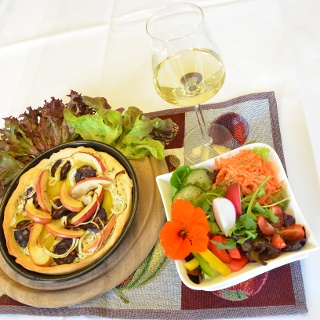 Leckeres Arrangement mit Tarte, Beilagensalat und Apfel-Prosecco