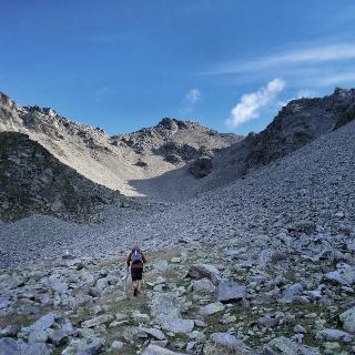 Scharte und Gipfel (links) in Sichtweite