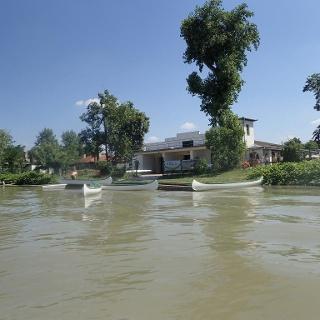 A csónakház a víz felől nézve