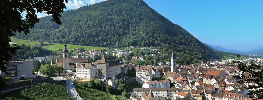 Churer Altstadt mit Hausberg Brambrüesch im Hintergrund