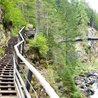 Spektakulärer Wanderweg in der Groppensteinschlucht.