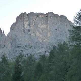 Wandbild Cima del Coro; mittig unter den großen gelben Felspartien ist am Ende des Geröllfeldes der Einstieg in das sich links hochziehende Band zu erkennen.