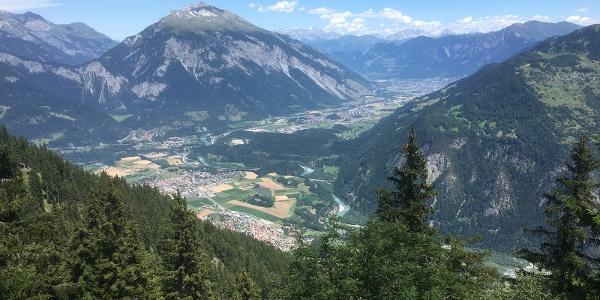 Ausblick von der Rhäzünser Alp ins Churer Rheintal und auf den Calanda
