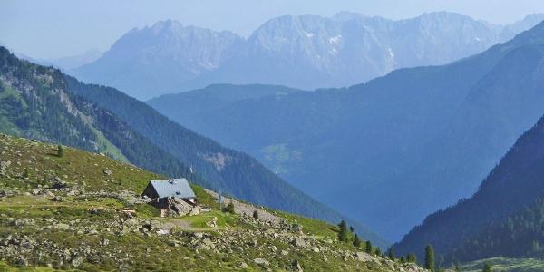 Frischmannhütte mit Blick Richtung Umhausen im Ötztal