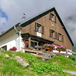 Frischmannhütte des ÖTK am Fuße des Fundusfeiler auf 2192 müA