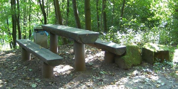 Sitzgruppe im Schatten - kurz vor/hinter der Pfeifermühle