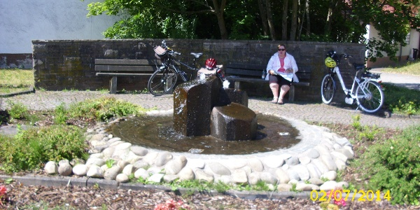 Am Dorfbrunnen in Schrollbach - ein Sitz im Schatten (je nach Tageszeit)