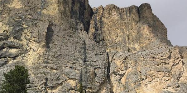 Wandbild; mittig ist die große Verschneidung zu erkennen, an deren Fuß der Einstieg liegt