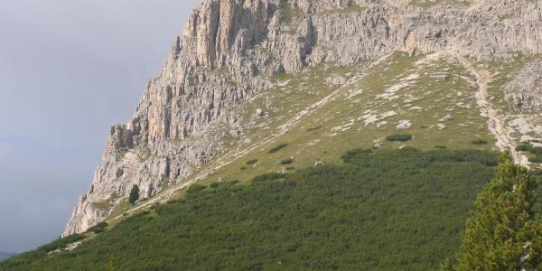 Wandbild von der 18. Kehre aus; der Einstieg liegt leicht unterhalb des auf dem Bild noch sichtbaren Grates