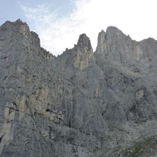 Wandbild; der rechte Gipfel mit dem Vorturm und dem riesigen Klemmblock ist der Sassd'Ortiga