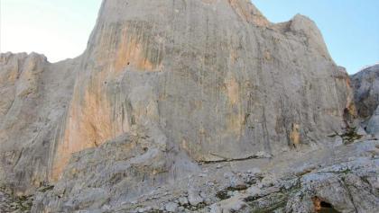 El Refugio de Urriellu bajo la imponente pared occidental de Picu Urriellu
