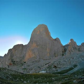 El sol toma un poco más de tiempo para salir detrás del Picu Urriellu en las horas de la mañana.
