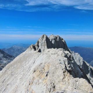 La cima del Neverón vista desde la larga arista sur
