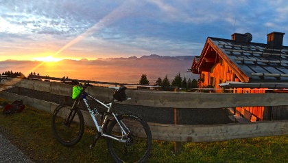 Sonnenaufgang an der Weltcup-Hütte