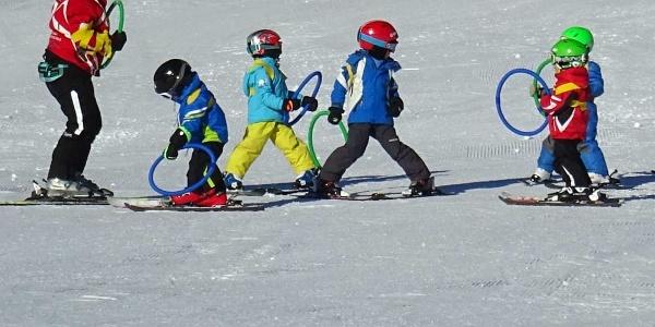 Skischüler beim Unterricht in Pany