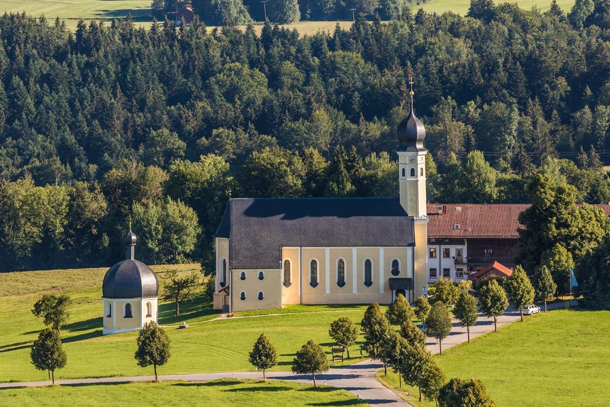 Wallfahrtskirche Wilparting mit Alter Linde