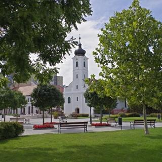 Református templom a parkból nézve