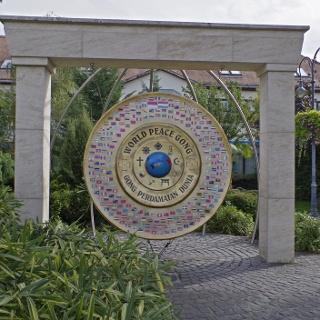 Világbéke-gong szemből