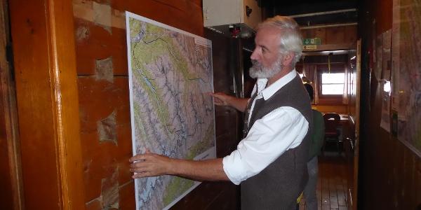 """Martin Gamper hängt die neue Karte der """"Ahrntaler Schmugglerpfade"""" auf - Oste Martin Gamper appende la nuova mappa di """"Sentieri contrabbandieri della Valle Aurina"""""""