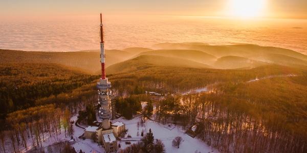 Letecký pohľad na vysielaciu vežu na vrchole Kékestető