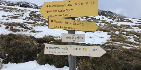 Wegweiser auf dem Seufertweg von der Breslauer Hütte zum Hochjoch Hospitz
