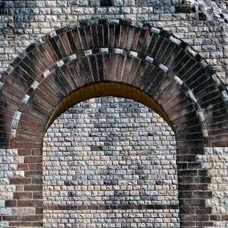 Fenster im Eingangsbereich des Theaters Neun Türme