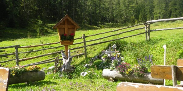 Vor der Lamingalmhütte steht auch ein Gedenkkreuz