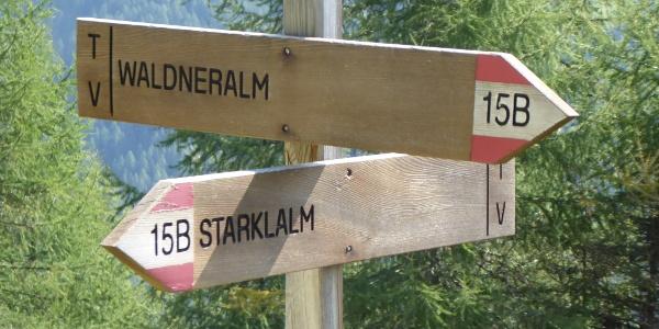 Wegweiser zwischen Starklalm und Waldner Alm