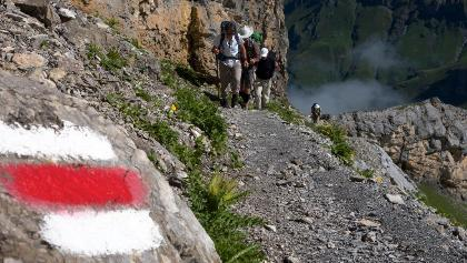 Weiss-rot-weiss markiert über das Hohtürli.