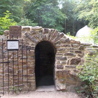Eingang der Zauberhöhle im Niederwald
