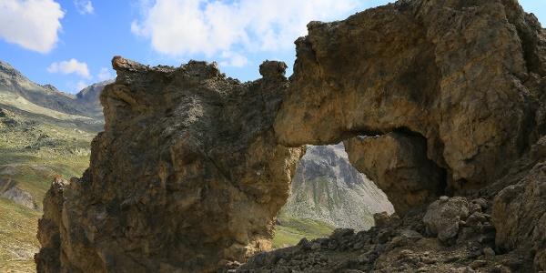 Der Kuss: Steinskulptur im Val d'Angel.