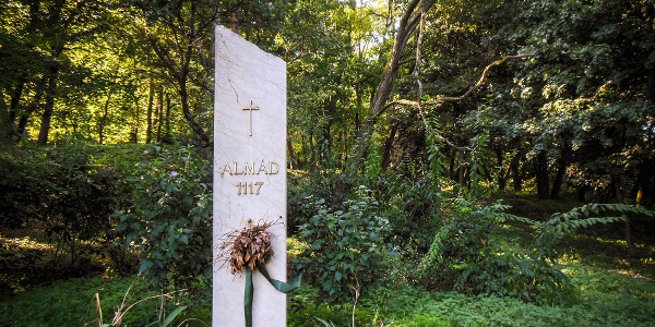 Emlékoszlop a kolostorrom mellett