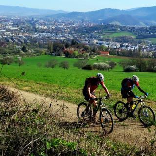 Zum Fuß des Schönbergs ist der erste Anstieg zu bewältigen. Im Hintergrund Freiburg..