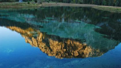 Das Spiegelbild der Riegrerin im abendlichen Brunnsee