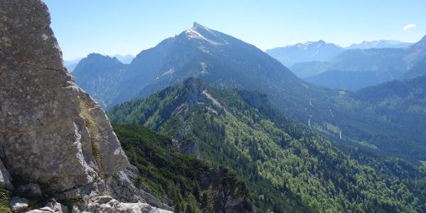 Blick von der Tieflimauer zum Tamischbachturm, dazwischen steht die Ennstaler Hütte