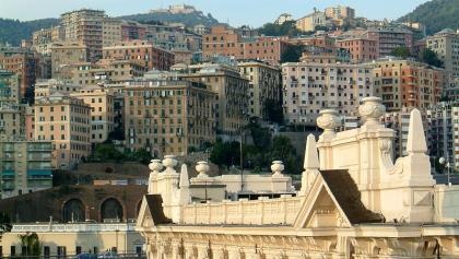 Blick auf das Zentrum von Genua vom Hafen aus