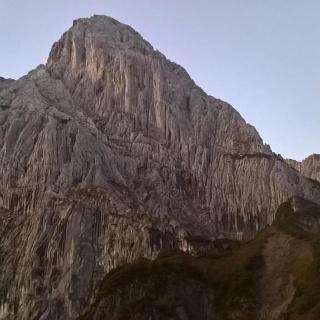 Totenkirchl, Nordwand; unten rechts ist die erste Terasse zu erkennen, an derem Fuß sich zahlreiche Kamine befinden.