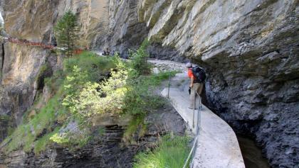 Felsenweg entlang der Bisse d'Ayent.