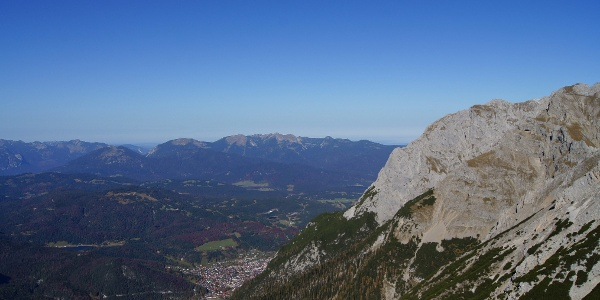Blick über Mittenwald zum Estergebirge