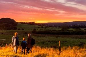 Wanderer am frühen Morgen(Foto: Klaus-Peter Kappest, Quelle: Projektbüro Saar-Hunsrück-Steig)